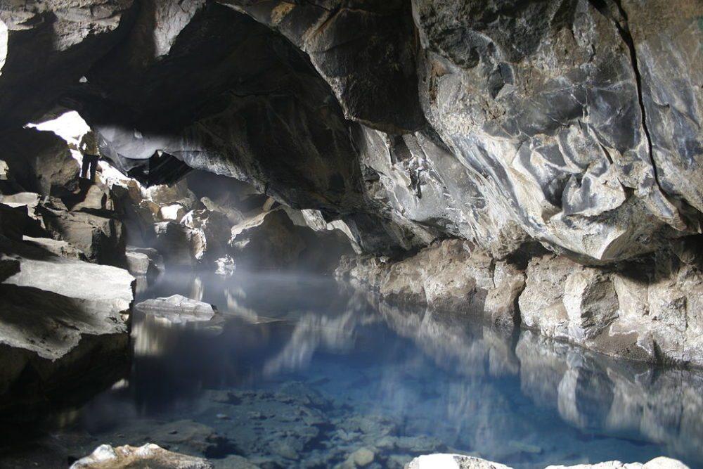 Die Höhle Grjótagjá am Mývatn, Island. Unter einer Kuppel aus Lava liegt eine Höhle mit kristallklarem Wasser. (Bild: Chrisdi98, Wikimedia, CC)