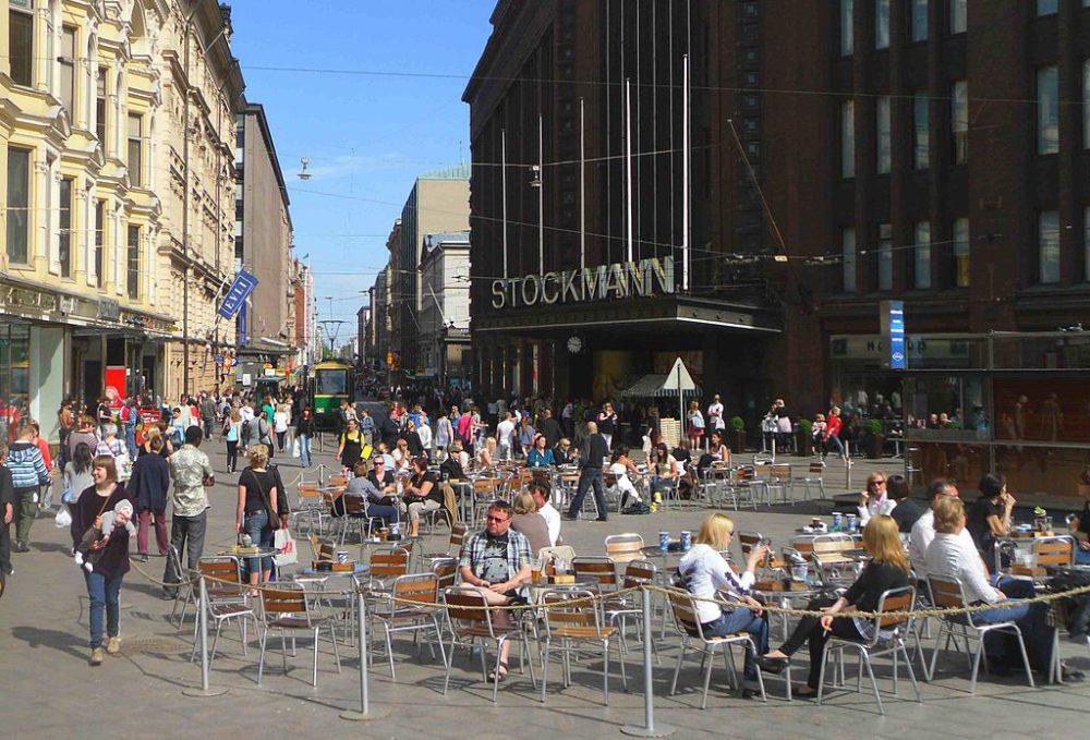 Vor dem Stockmann, dem größten Kaufhaus Finnlands (Bild: Benreis, Wikimedia, CC)