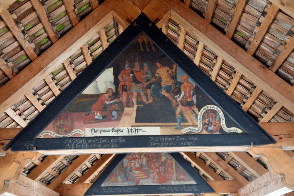 Tafel in der Kapellbrücke von Luzern (Bild: MatthiasKabel, Wikipedia, CC)