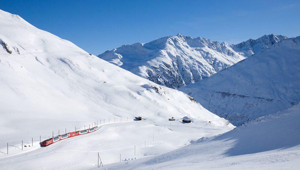 Glacier Express nach Zermatt auf dem Zahnstangenabschnitt kurz vor Oberalp Passhöhe (Bild: David Gubler, Wikimedia, CC)