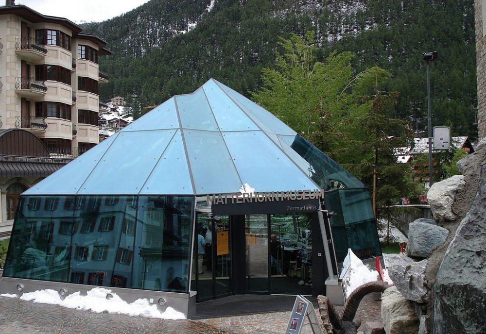 Eingang zum Matterhornmuseum im Zentrum von Zermatt (Bild: Iter1, Wikimedia)