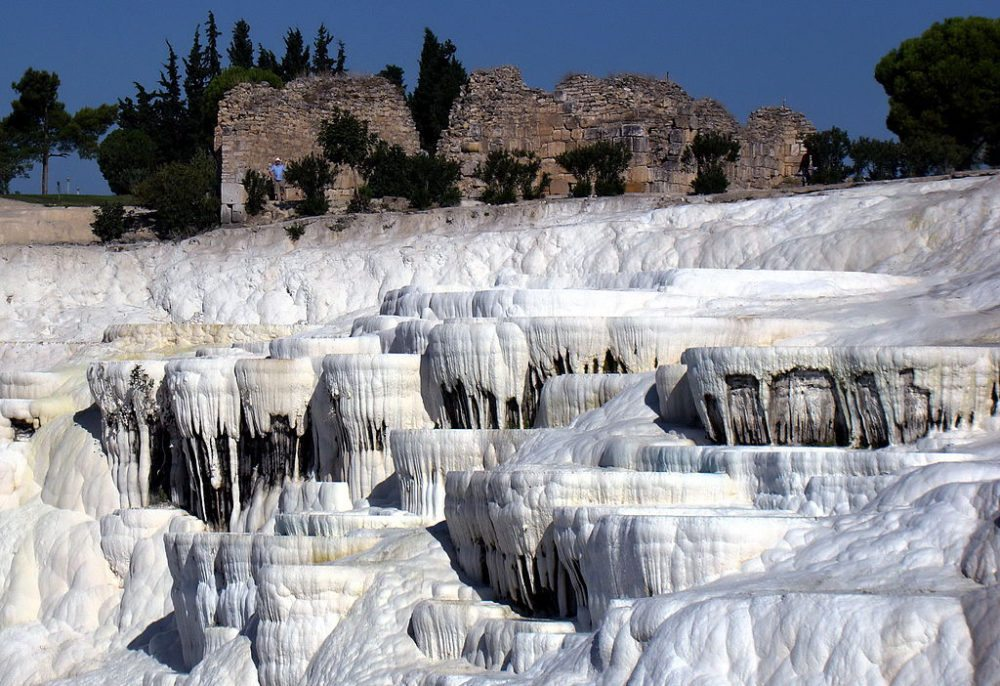 Versteinerte Kaskaden von Pamukkale (Bild: Tatyana, Wikimedia, CC)