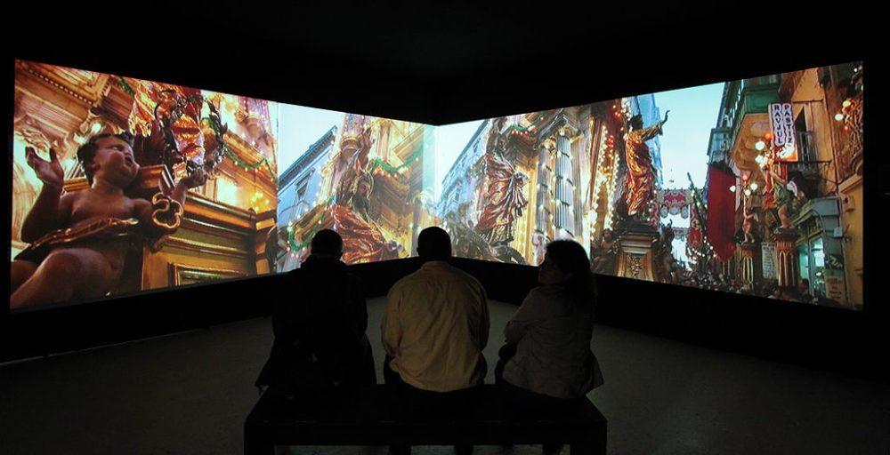 """Videoinstallation von Myriam Thyes """"Malta als Metapher"""" in der Shedhalle, Zurich, 2011 (Bild: Myriam Thyes, Wikimedia, CC)"""