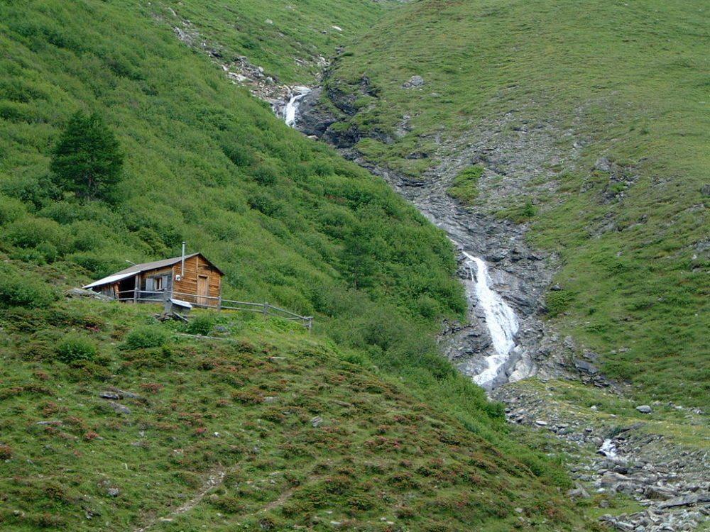 Hütte bei Las Eras, etwa in der Mitte des Tales Val Sampuoir (Bild: Anna Putrino und Stanislav Chachkov, Wikimedia, CC)
