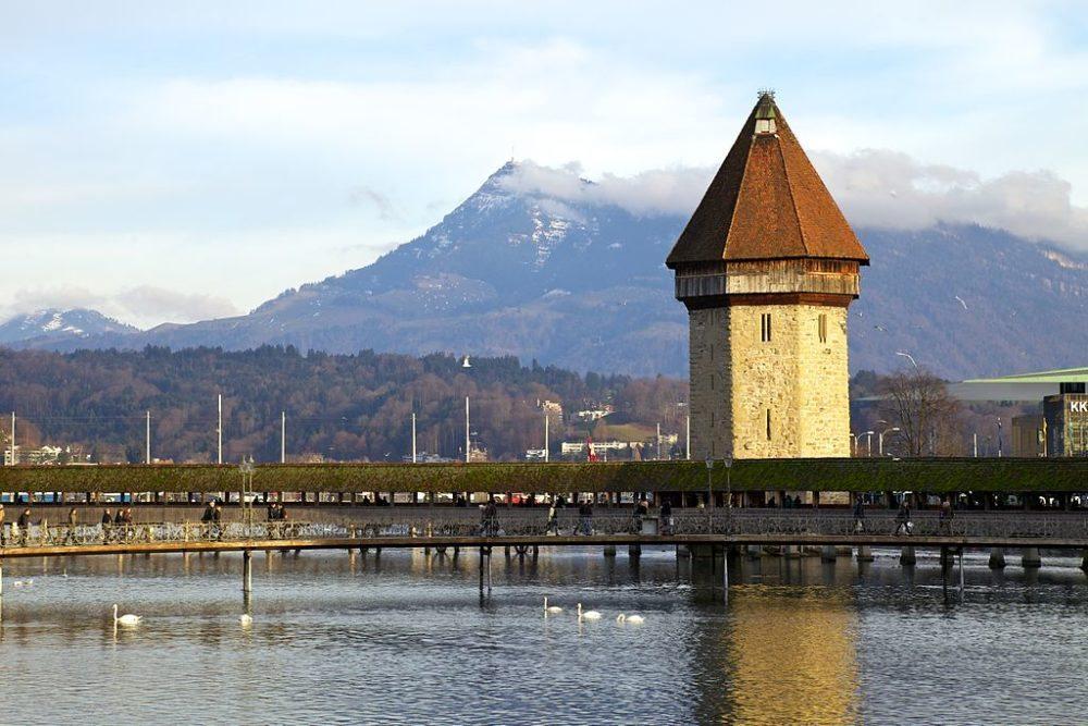 Wasserturm und Kapellbrücke in Luzern (Bild: Murdockcrc, Wikimedia, CC)