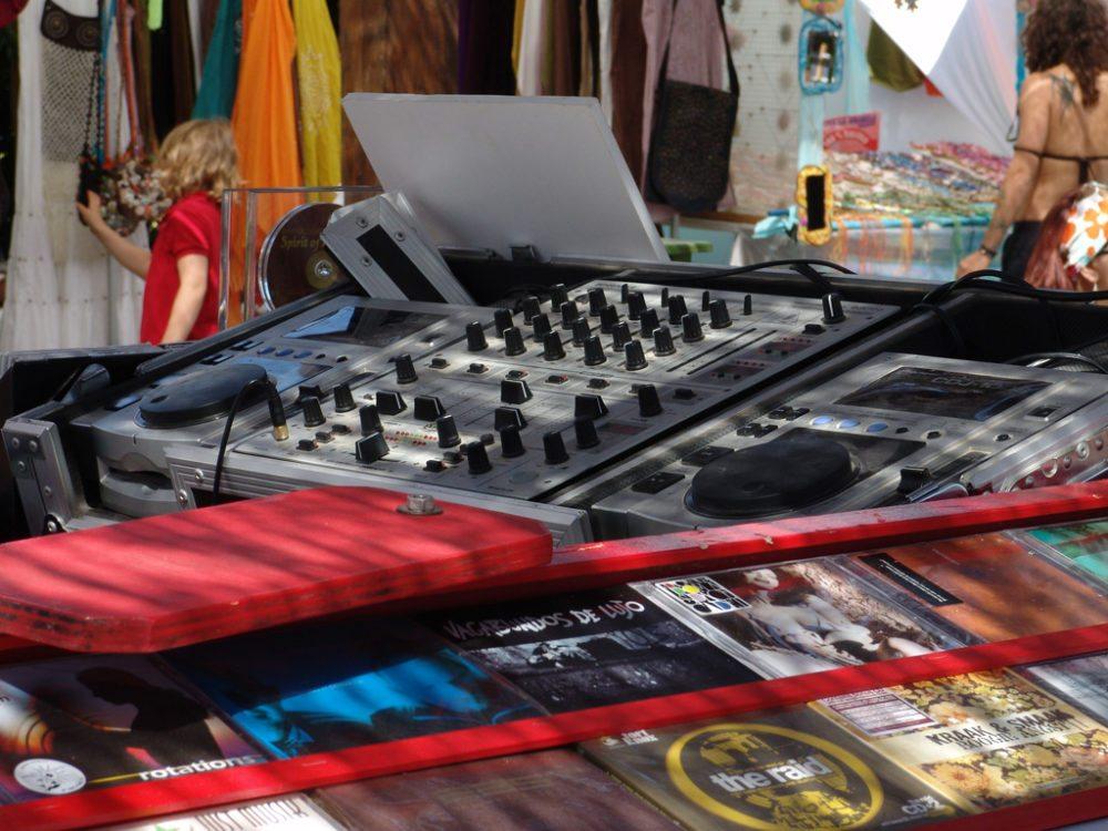 DJ-Set auf dem Hippie-Markt von Ibiza (Bild: Kigoo Images  / pixelio.de)