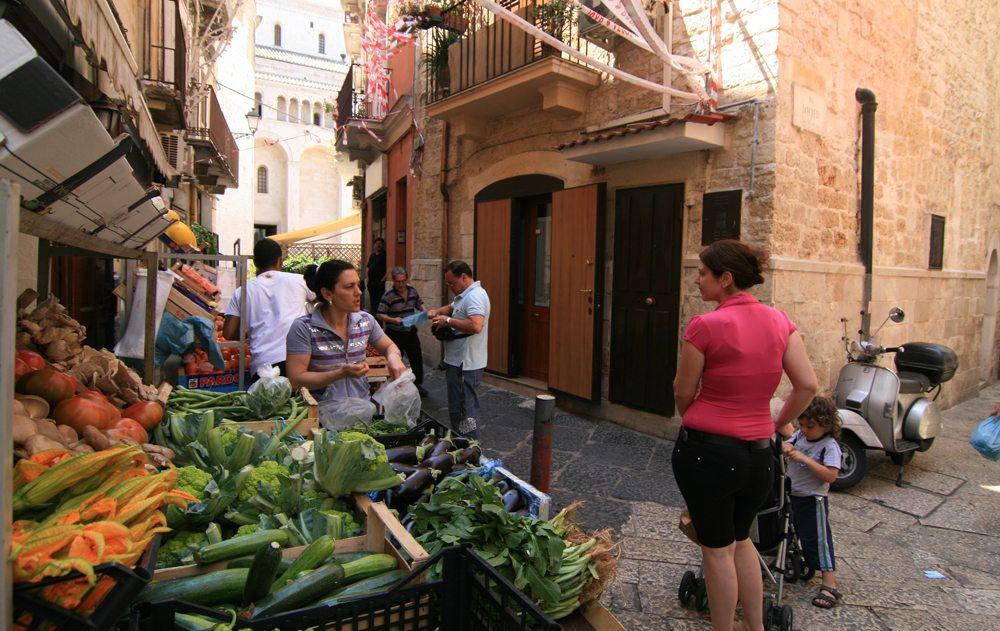 An einem Gem`sestand in der Altstadt von Bari (Jürgen Wolff  / pixelio.de)