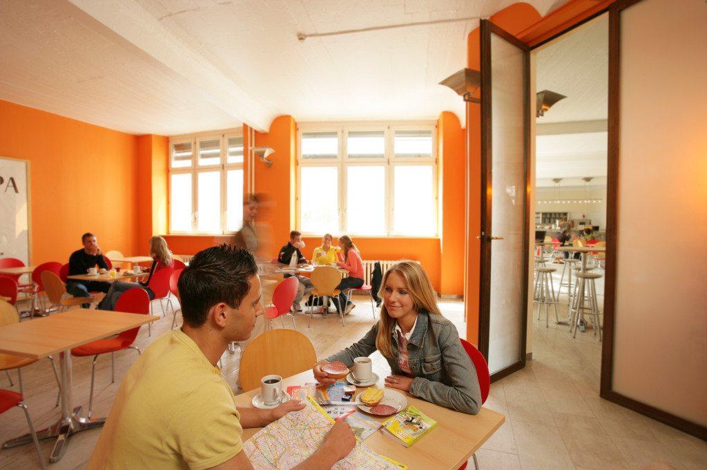 Junge Reisende im Hostel (Bild: All In Hostel  / pixelio.de)