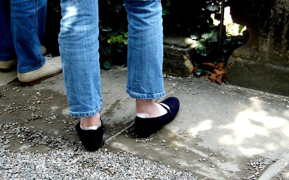 Mit neuen Schuhen unterwegs (Bild: Hartmut910  / pixelio.de)