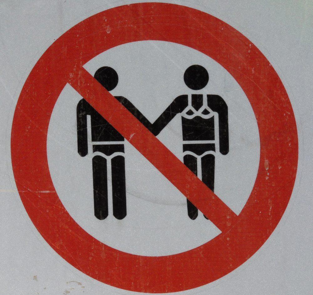 Kleidervorschriften sind ganz üblich in vielen Urlaubsorten (Bild: Dieter Schütz  / pixelio.de)