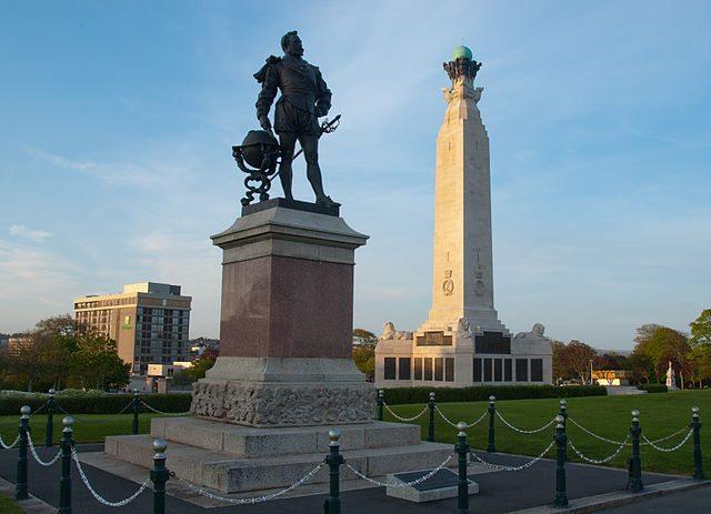 Statue von Francis Drake und Kriegerdenkmal in The Hoe (Bild: Nilfanion / pt.wikipedia / Lizenz: CC)