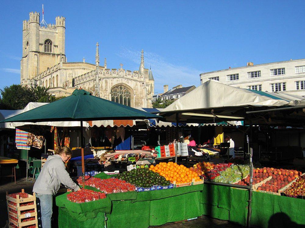 Marktplatz in Cambridge mit der Kirche Great St. Mary´s im Hintergrund (Bild: © Andrew Dunn, Wikimedia, CC)