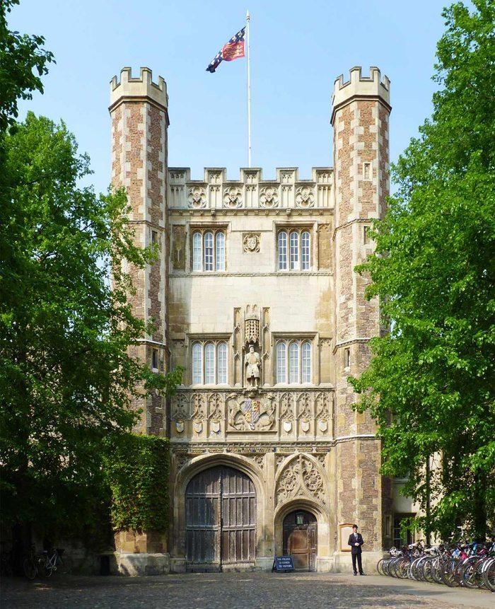 Das Great Gate ist der Haupteingang zum College und führt zum Great Court (Bild: Andrew Dunn, Wikiedia, CC)