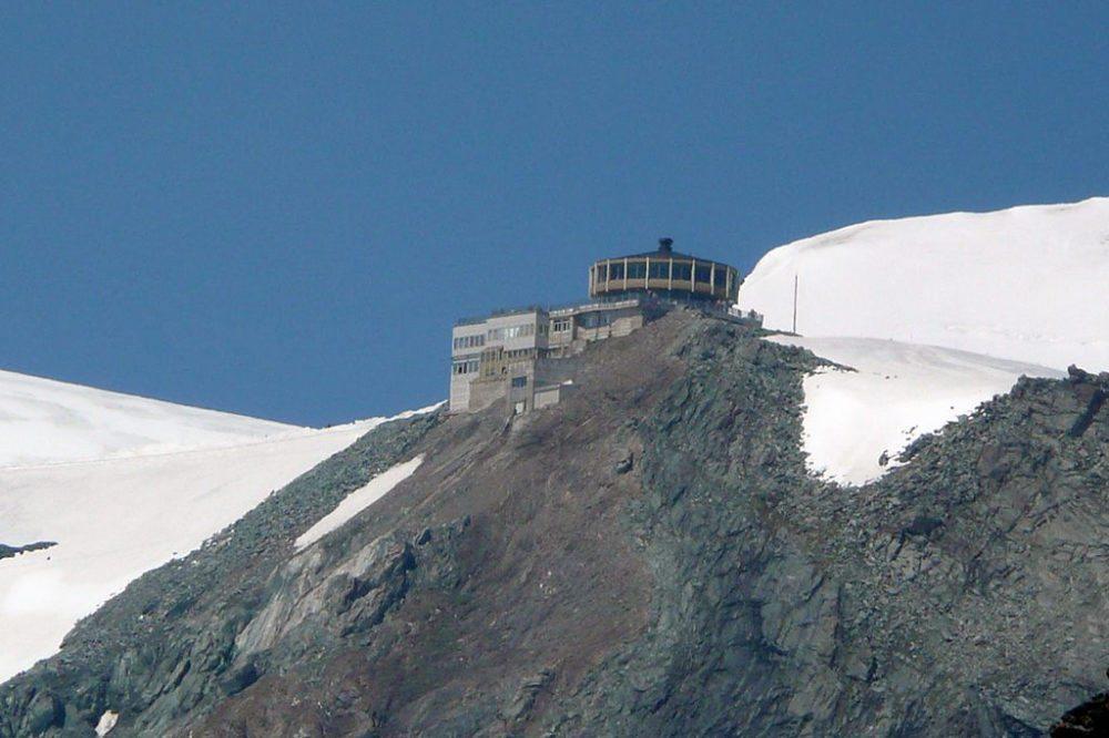 Drehrestaurant Mittelallalin von der Britanniahütte aus gesehen (Bild: Wandervogel, Wikimedia, CC)