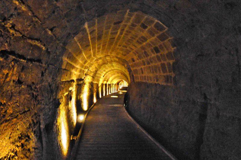 350 Meter langer Tunnel in der Kreuzfahrerfestung von Akko (Bild: Tango7174, Wikimedia, CC)