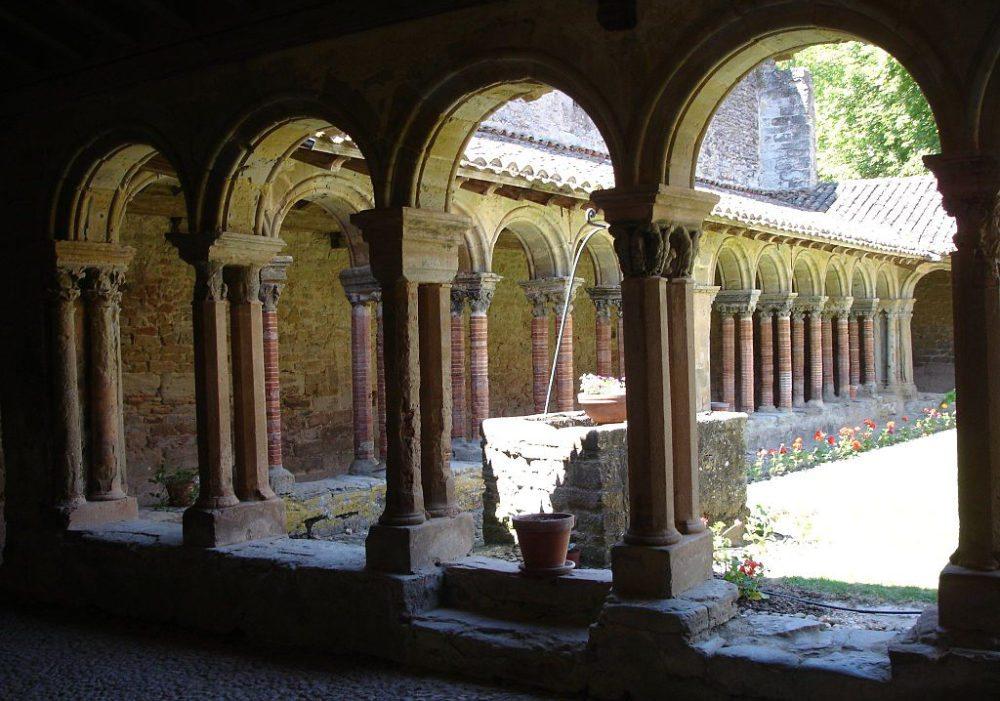 Kreuzgang in der Abtei Saint-Papoul (Bild: pinpin, Wikimedia, CC)
