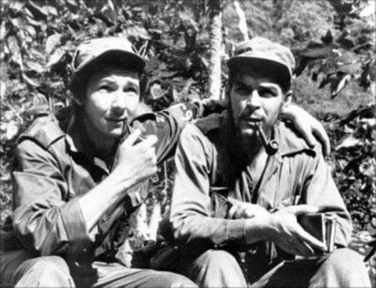Raúl Castro und Che Guevara während der Revolution (Bild: pt.wikipedia / public domain)