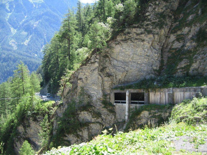Samnauner Strasse: Gekrümmter Tunnel zur Unterquerung der Val Pischöt (Bild: Michael Garrood, Wikimedia, CC)