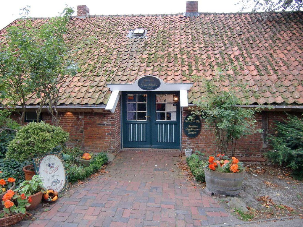 Beschaulichkeit der besonderen Art: altes Inselhaus auf Spiekeroog. (Bild: Riessdo / Wikimedia / CC)
