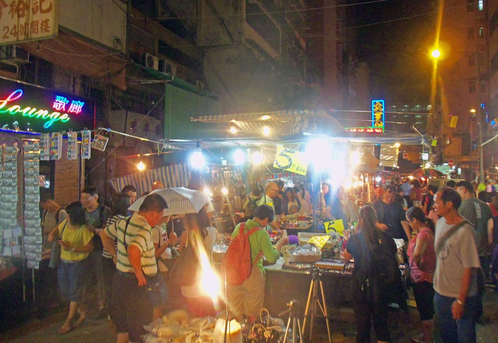 Temple Street Night Market in Hong Kong (Bild: Daniel Case, Wikimedia, CC)