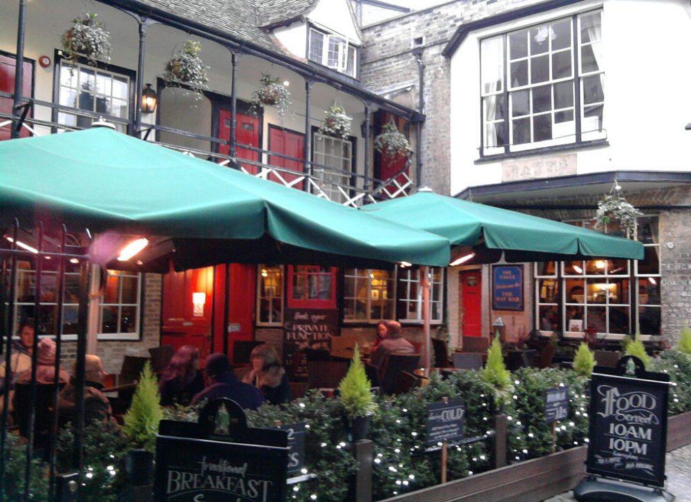 The Eagle Pub in Cambridge (Bild: Andy oxford, Wikimedia, CC)