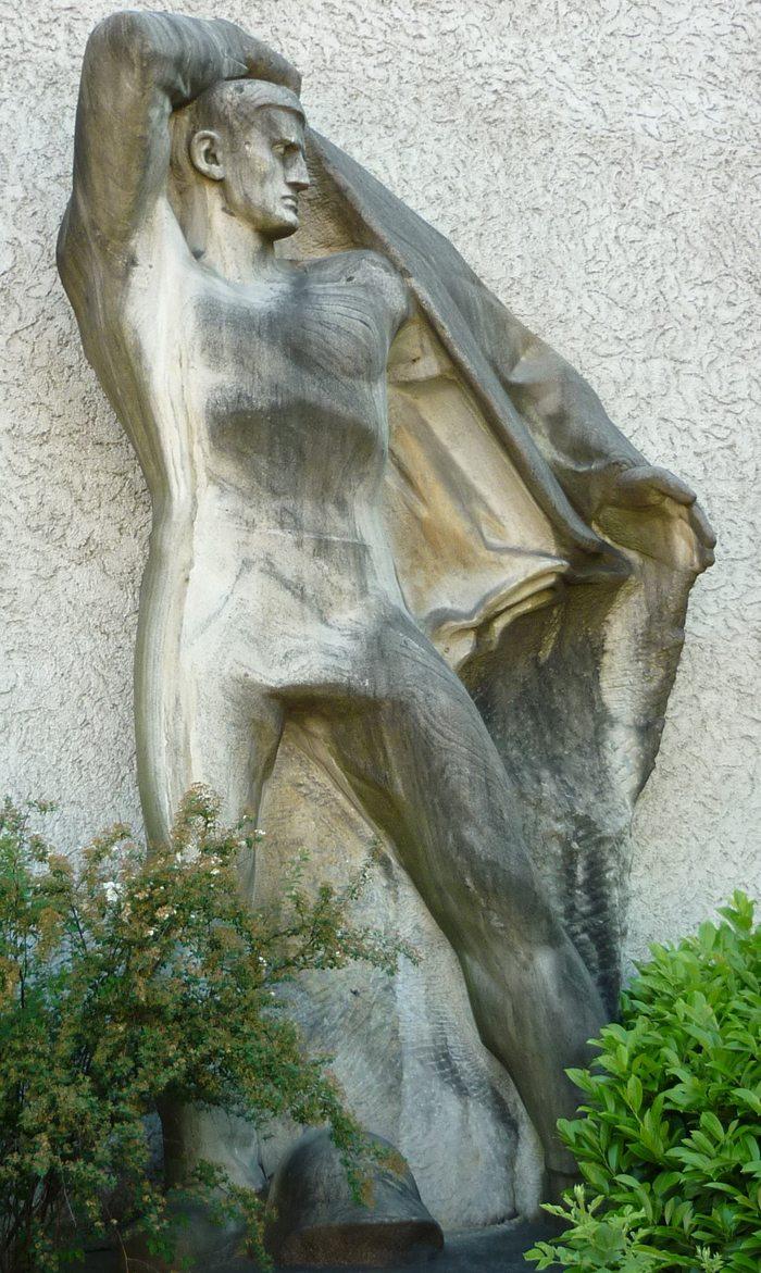 """""""Wehrbereitschaft"""", Marmorskulptur von Hans Brandenberger gegenüber der Universität Zürich (Bild: paebi, Wikimedia, CC)"""