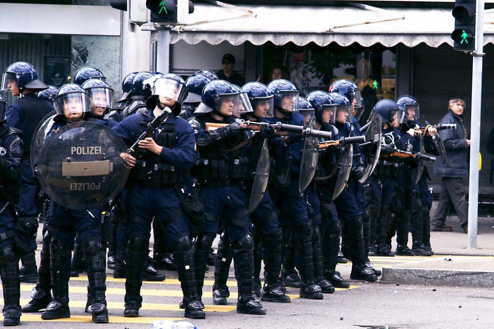 Polizei im unfriedlichen Ordnungsdienst (Bild: Mark Hull, Wikimedia, CC)