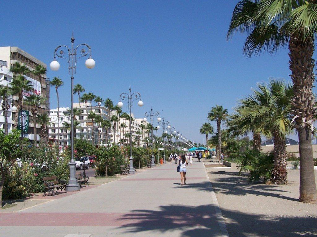 Larnaca wartet unter anderem mit einer wunderschönen Strandpromenade auf. (Bild: Dieter Schütz / pixelio.de)