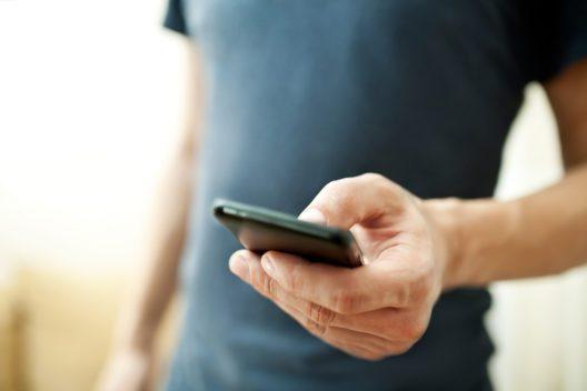 Das Smartphone gehört ins Reisegepäck. (Bild: Kostenko Maxim - shutterstock.com)