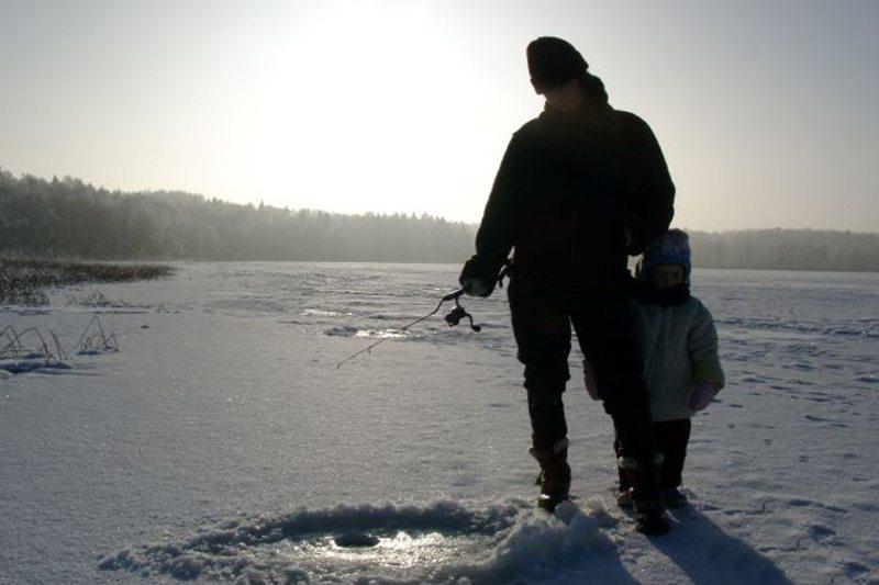 """Eisangeln in Masuren – Spaß für Jung und Alt (Bild: ©Landhaus-Pension """"Krutynska Chata"""")"""