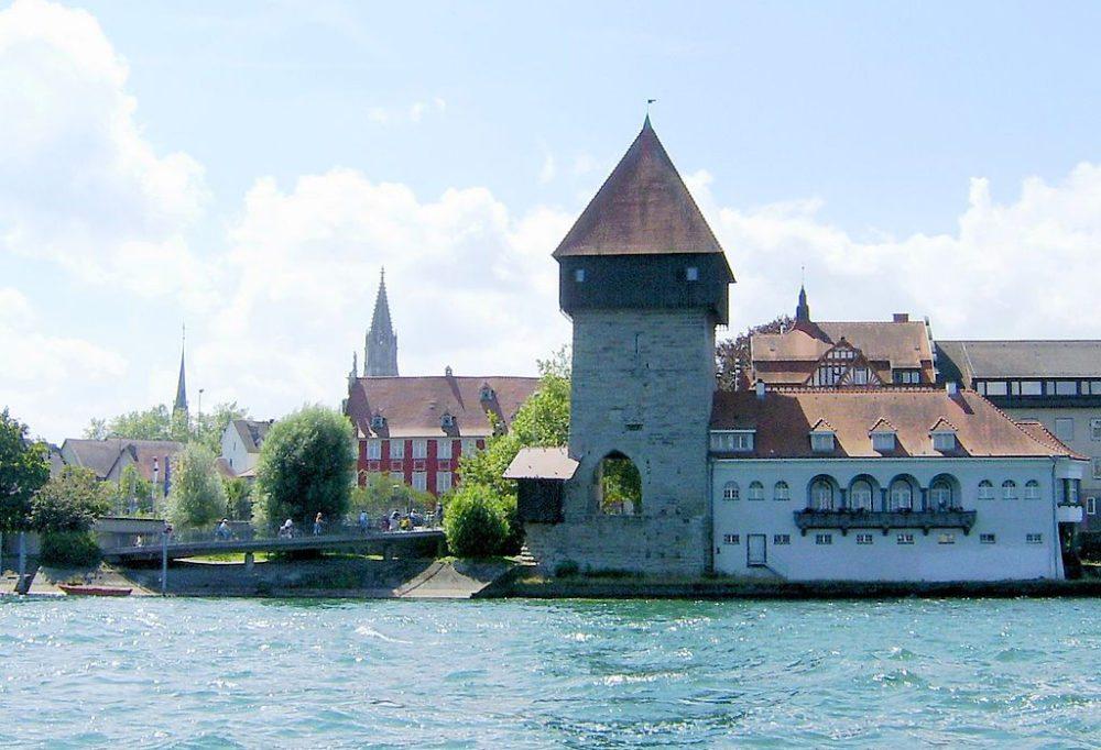 Rheintorturm, im Hintergrund der Münsterturm, Konstanz (Bild: Tungsten, Wikimedia, CC)