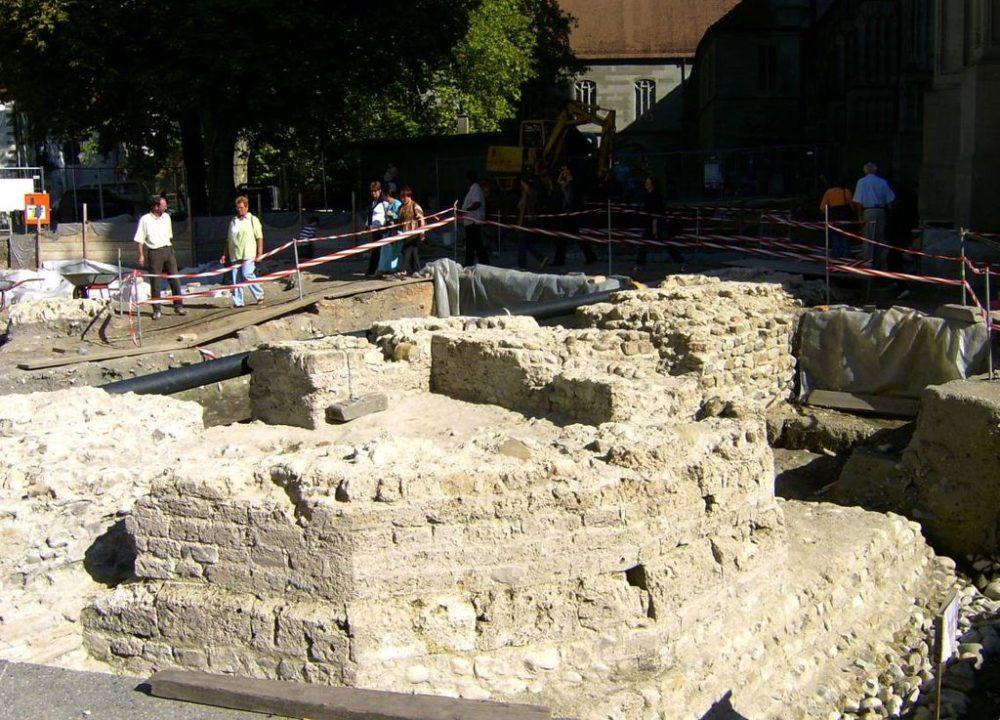 Mauerreste des spätrömischen Kastells, in der Mitte der Rest des achteckigen Wehrturms und der Maueranlage (Bild: Tungsten, Wikimedia, CC)
