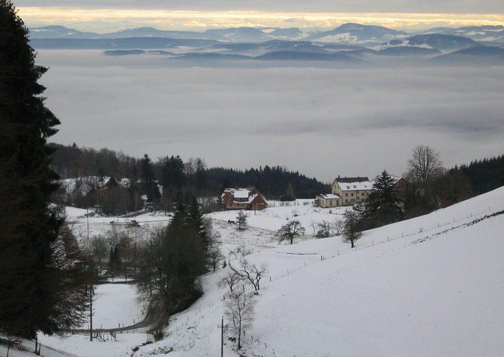 Blick auf Schweigmatt mit dem Lueginsland, dahinter Nebel über der Rheinebene, Schweizer Jura (Bild: Lueginsland Christoph Jantzen, Wikimedia, CC)
