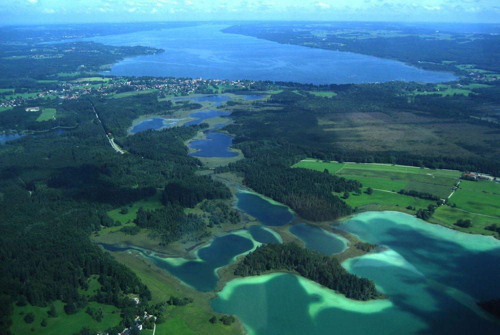 Luftaufnahme der Osterseen, Blick nach Norden in Richtung Starnberger See (Bild: Michael Knall, Wikimedia)