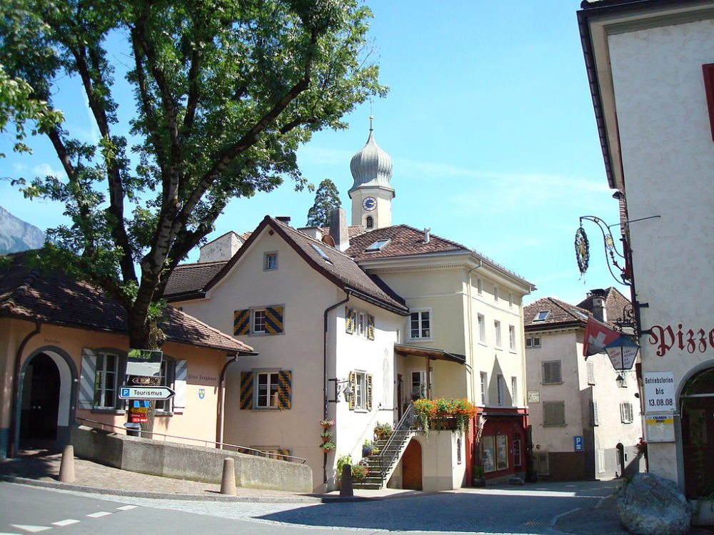 Maienfelder Altstadt mit Amanduskirche im Hintergrund (Bild: Claus Ableiter, Wikimedia, CC)