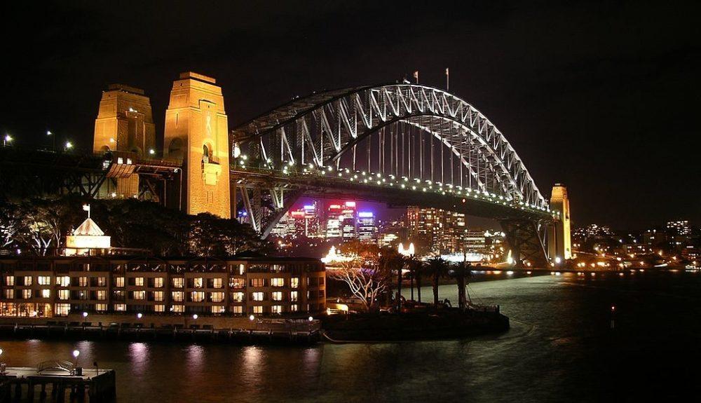 Harbour Bridge in Sydney bei Nacht (Bild: Ralf Pfeifer, Wikimedia, CC)