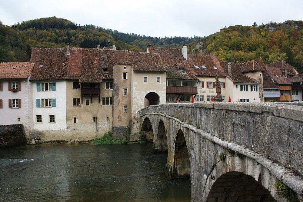 Saint-Ursanne – romantisch und mittelalterlich (Bild: Badener, Wikimedia, CC)
