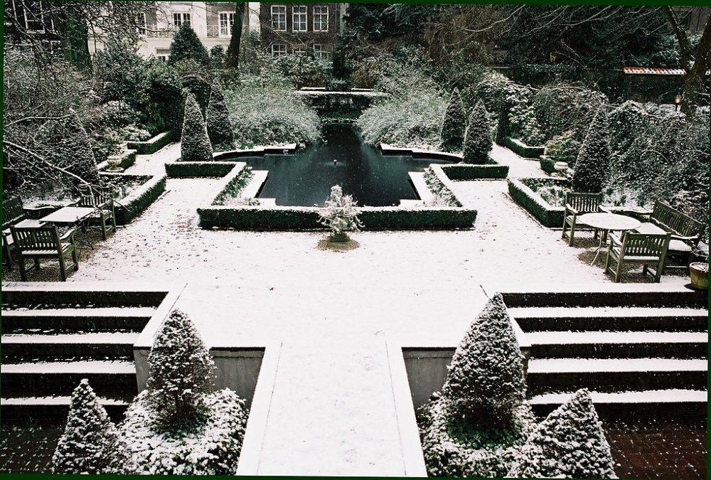 Innengartem im Geelvinck-Hinlopenhuis (Bild: T. Tichelaar, Wikimedia)