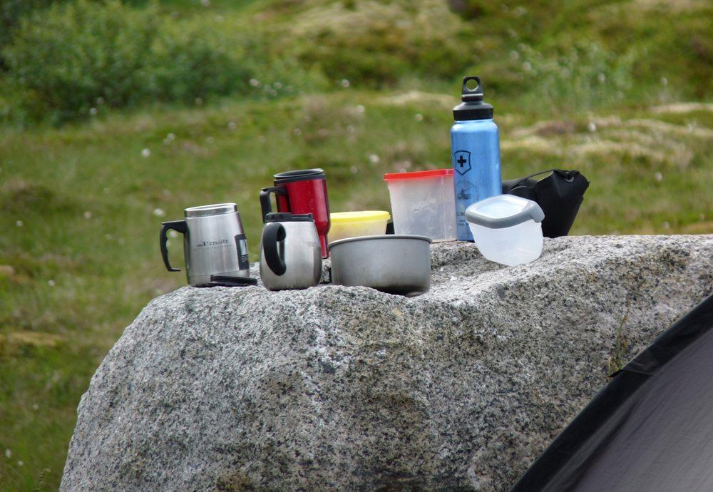 Mahlzeiten beim Campen sollten einfach, aber nahrhaft sein (Bild: Dieter Schütz  / pixelio.de)