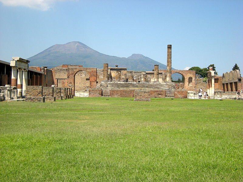 Forum von Pompeji mit dem Vesuv im Hintergund (Bild: Leandro Neumann Ciuffo / Wikimedia / CC)