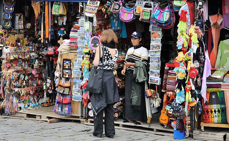 Farbenfrohes Erlebnis: Souvenir-Shopping im Reiseland (Bild: Cayambe / Wikimedia / CC)