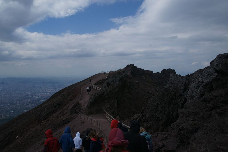 Auf dem Weg zum Krater (Bild: Mboesch / Wikimedia / CC)