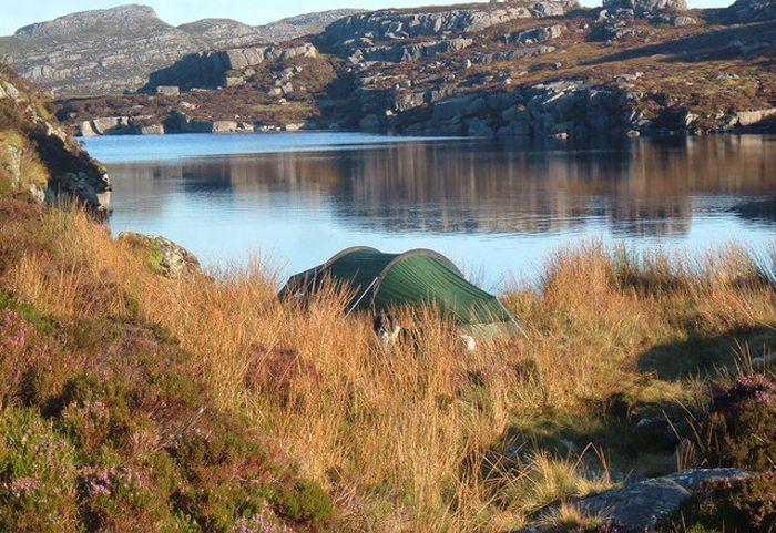Camp-Site in der Nähe zu einer Frischwasserquelle (Bild: John Horner, Wikimedia, CC)