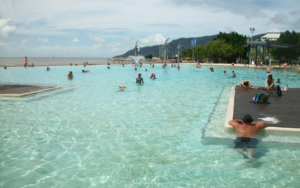 Ein erfrischendes Bad in der Lagune von Cairns (Bild: Photnart, Wikimedia, CC)