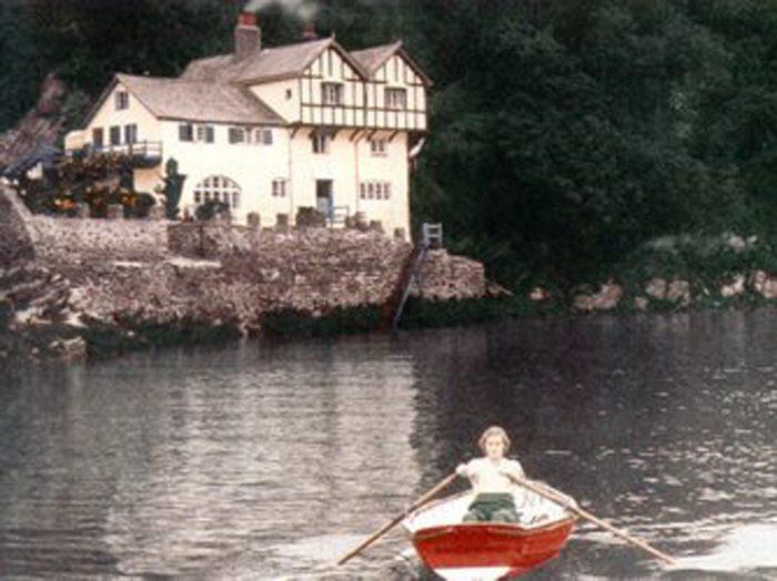 Originalaufnahme: Daphne Du Maurier neben ihrem Haus in Ferryside, 1931 (Bild: Wikimedia)