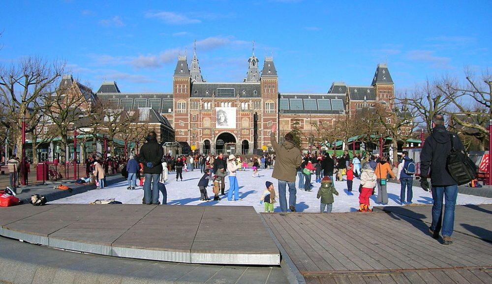 Schlittschuhfläche am Museumplein im Winter (Bild: SanderK, Wikimedia, CC)