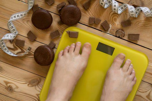 Gewichtsverlust ist ein angenehmer Nebeneffekt beim Fasten. (Bild: Plotnikova Tatiana - shutterstock.com)