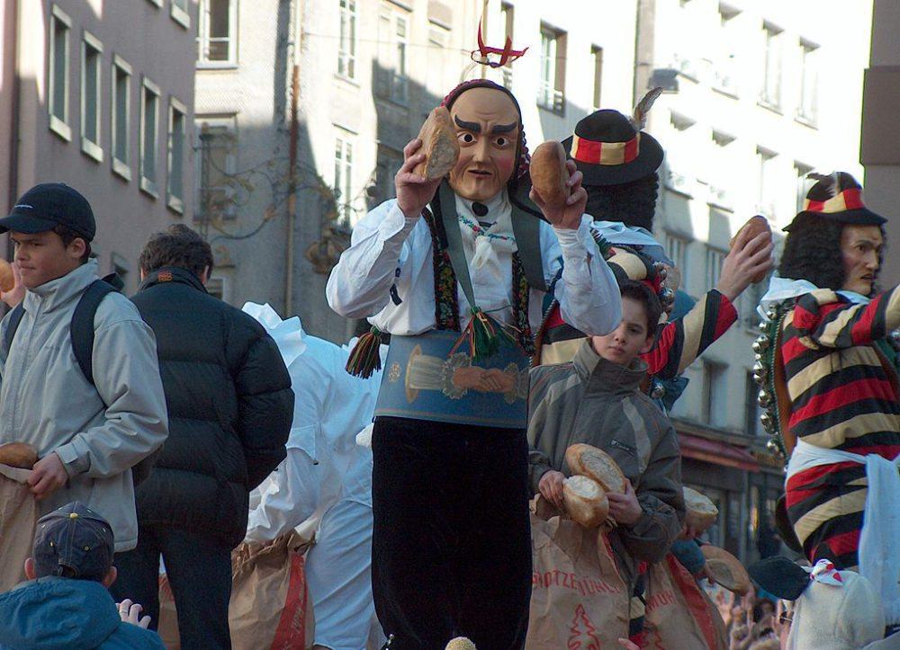 Brotauswerfen in Einsiedeln (Bild: Peter Kaelin, Wikimedia)