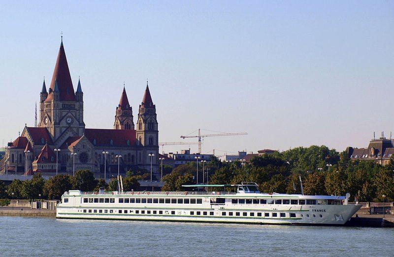 """Flusskreuzfahrtschiff """"France"""" auf der Donau (Bild: Roberto Verzo, Wikimedia, CC)"""