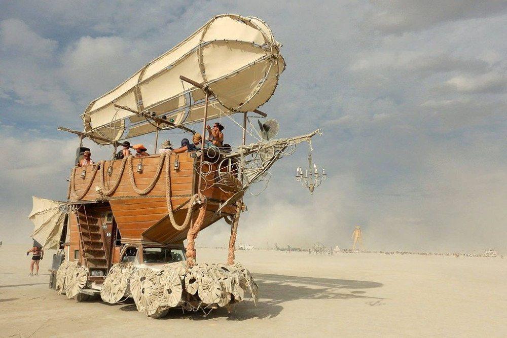 "Spektakel in der Wüste: das Burning Man Festival (Bild: Anne Gomez / Wikimedia / <a title=""creativecommons.org - Creative Commons"" href=""https://creativecommons.org/licenses/by-sa/4.0/deed.de"">CC</a>)"